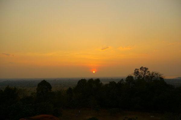 プノン・バケンからの夕陽。目下には田園風景だけでただ大地が続いている様子が美しかった。