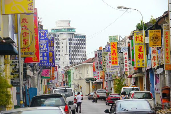 街には中華系の看板がたっくさん。