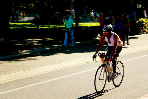 3.8kmを1時間半で泳いだ後、休む間なく自転車180kmの長旅。颯爽と市内を飛び出して目指すは遥かポートダグラスへいってらっしゃい!