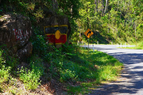 山道が険しくなってきた頃。先住民族のフラッグが岩場に描かれていたりするしー。