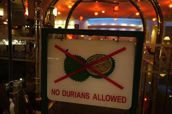 ドリアンはくっさいからホテルや屋台エリアには持ち込み厳禁。シンガポールと違って罰金はなし。