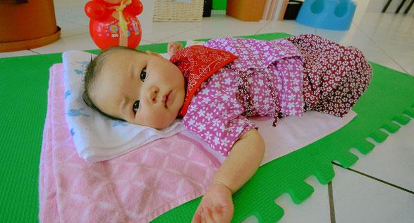 マリエちゃんお手製の和柄のカワイイ服。 この日一枚目の写真にはちょっと緊張気味のご様子。