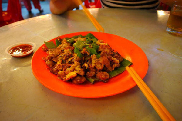 第2位は、マレーシアペナン島の屋台で食べた「フライドオイスター(牡蠣の炒め物)」。ビールがすすむー!