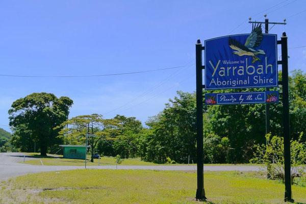 ヤラバー・アボリジナル保護区へようこそ、と書かれた看板。街は活気がない感じ。