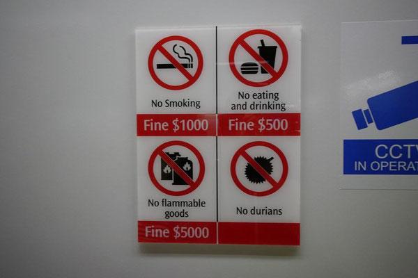 シンガポールは厳しいね。公衆エリアではマナーが問われる。ドリアンに罰金はないのね。