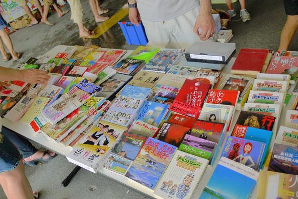 日本の文庫本や雑誌などが人気。