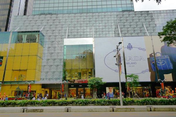 有名ブランドが立ち並ぶオーチャード通りは街の中心。