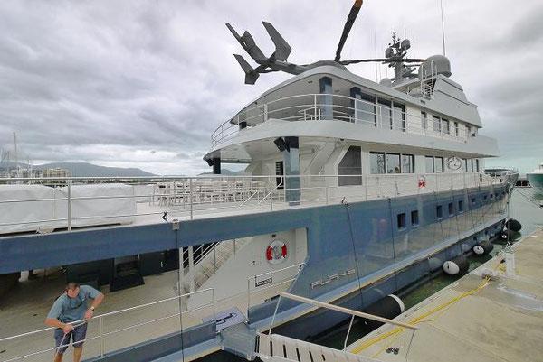「PLAN-b」という名前の船。これが最も豪華。船上にはヘリコプター。