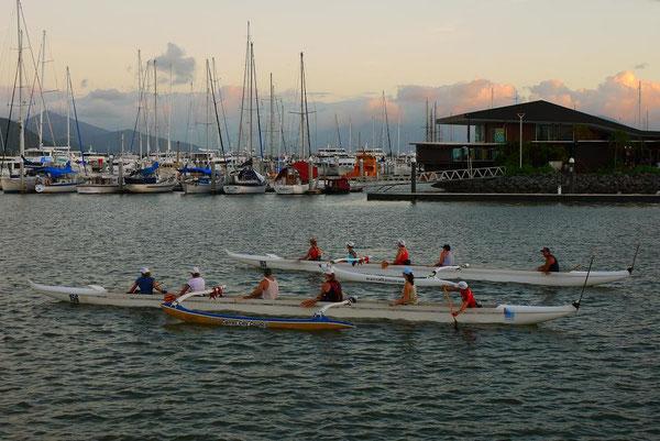 これもサークル活動かな。ボートで沖合までトレーニングに行くんです。海の街らしいスポーツだね。