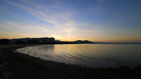 Pierの桟橋の方に歩いていけば、街全体が夕焼けの中に見渡せます。