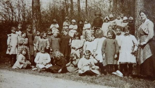 Institutrice : Yvonne Jacquot , en fonction à Sauville avec son père en 1918/1919 ( école de filles )