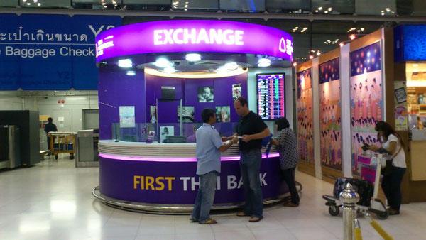 決してスワンナプーム国際空港で両替をしてはいけません。