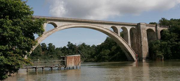 Pont de Lessart . Cabane de pêcheur au carrelet.