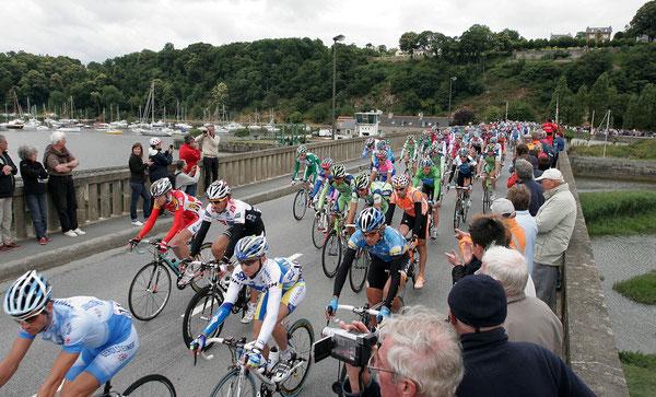 Le Tour de France passant sur le pont de Lyvet