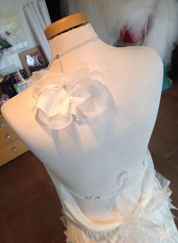 détail en soie et cristaux