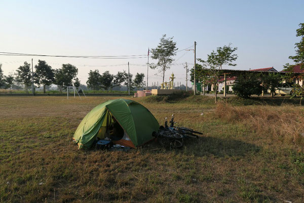 Camping au bord du terrain de foot