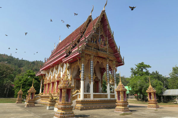 Serpents, dorures et toits en cascades typiques de l'architecture  des temples thaïlandais
