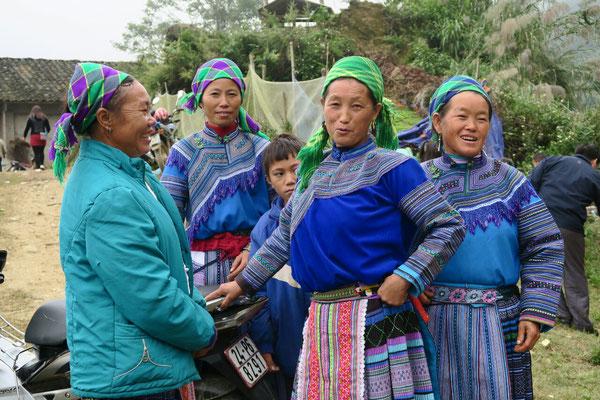 Femmes Hmong dans un petit village perché