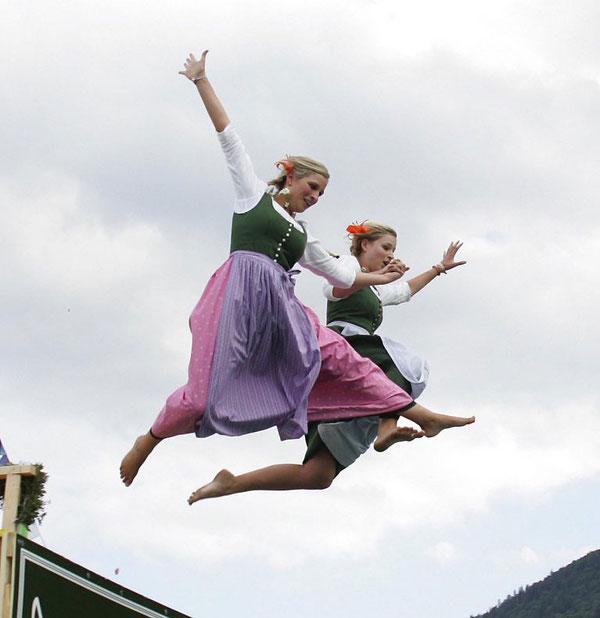 Прыжки в воду в народных костюмах