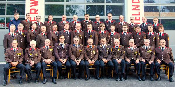 Mannschaftsfoto vor dem neuen Feuerwehrhaus 2012