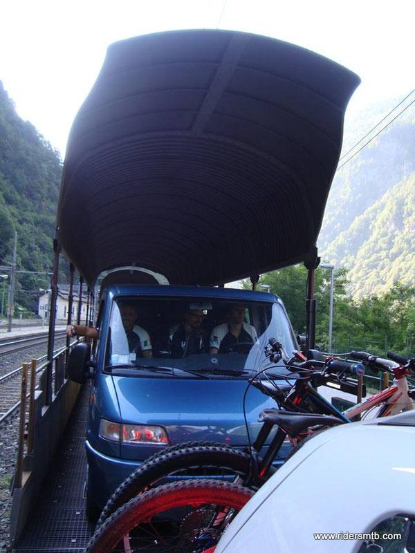 20 minuti di trenino per attraversare il Sempione....visto che è tutto in galleria ne approfittiamo per un leggero sonnellino