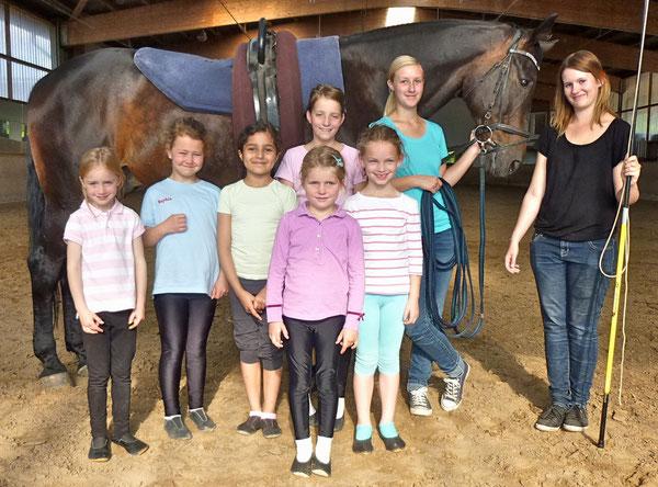 Calista, Sophia, Houria, Frauke, vorne: Lea, Jana sowie den Ausbildern Jacqueline und Lisa