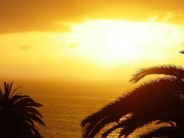 Traumhafter Sonnenuntergang an der Promenade von Puerto de Santiago.