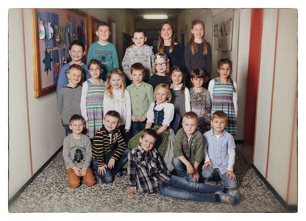 Klasse 1a mit ihrer Klassenlehrerin Stefanie Mauracher