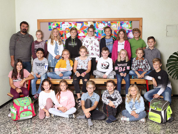 Klasse 4b mit ihrem Klassenlehrer Wolfgang Hoffmann