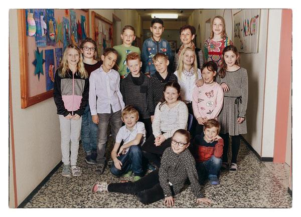 Klasse 3b mit ihrer Lehrerin Marianne Mair