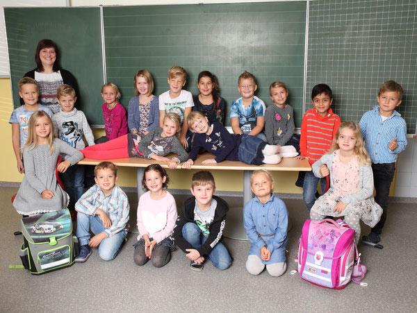 Klasse 2b mit ihrer Klassenlehrerin Claudia Ehammer