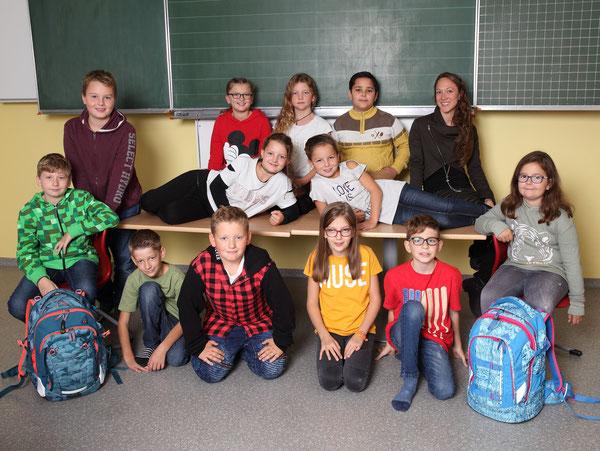 Klasse 4a mit ihrer Klassenlehrerin Julia Sieberer-Kasif
