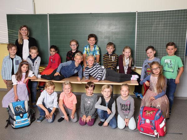 Klasse 2a mit ihrer Klassenlehrerin Stefanie Mauracher
