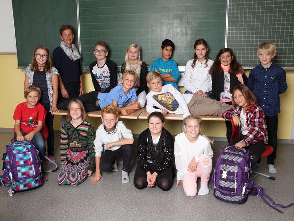 Klasse 4b mit ihrer Klassenlehrerin Marianne Mair
