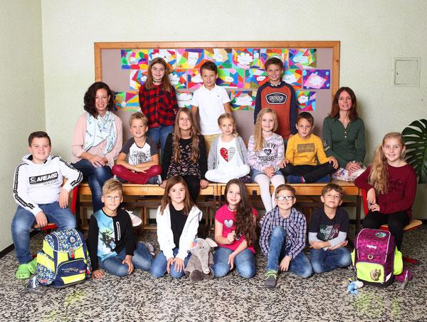 Klasse 3b mit ihren Lehrerinnen Fabienne Bretterklieber und Judith Stock