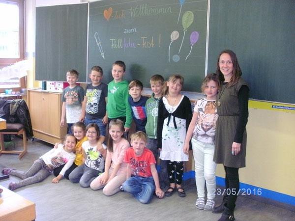 Klasse 2a mit ihrer Klassenlehrerin Julia Sieberer
