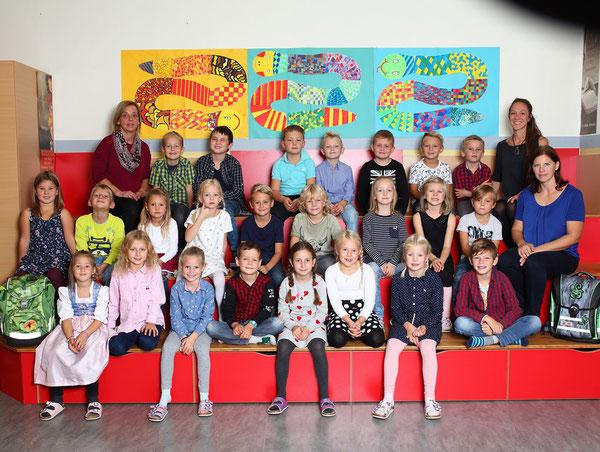 1. Klasse mit Klassenlehrerin Julia Sieberer-Kasif, Claudia Reiter und Sonja Flatschart