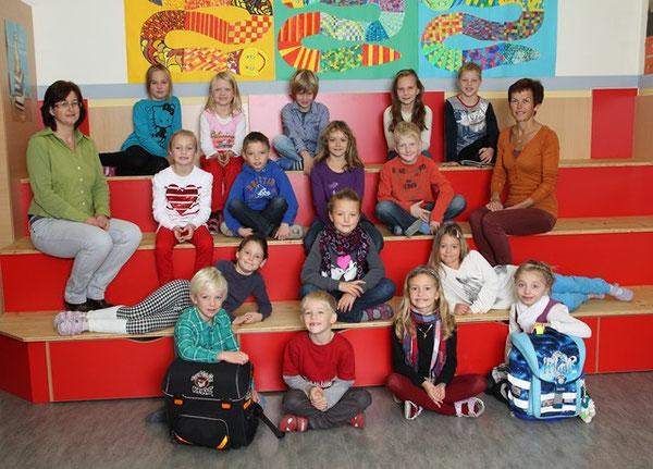 Klasse 2b mit ihren Lehrerinnen Jungmann Irene und Mair Marianne