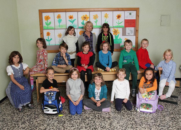 Klasse 2a mit ihrer Lehrerin Gertraud Schneider-Kantor