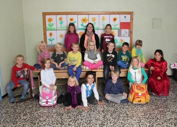 Klasse 2b mit ihrer Lehrerin Claudia Ehammer