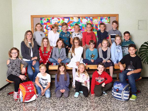 Klasse 4a mit ihrer Klassenlehrerin Stefanie Mauracher
