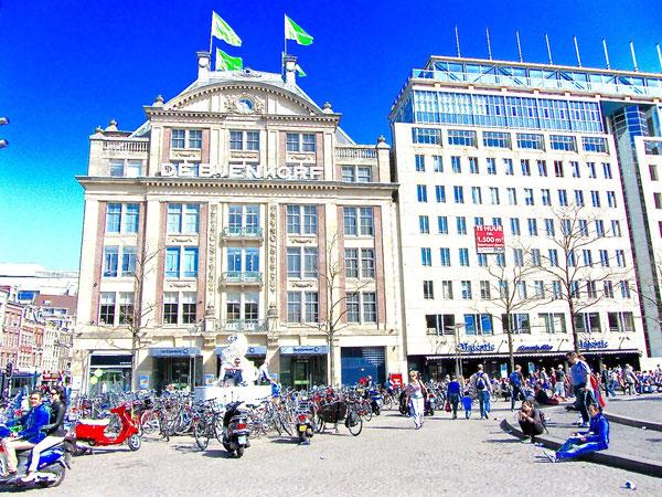 Amsterdam: Der Bijenkorf am Damplatz, das älteste Kaufhaus der Stadt