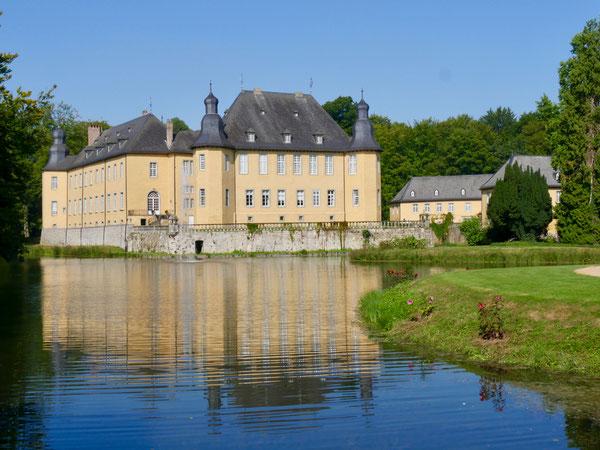 Gartenreise Deutschland: Schloss Dyck mit Wassergräben bei Jüchen