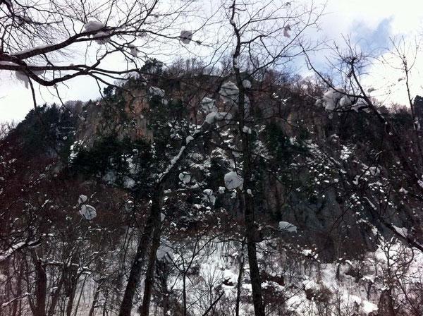 御倉山は断崖絶壁で人を寄せ付けない威厳がある