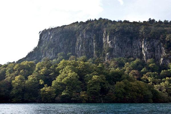 御倉山は絶壁の岩山である。