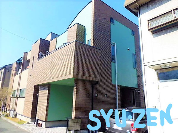 横浜市中区根岸町。茶色いタイルにグリーンがバッチリな外壁塗装。