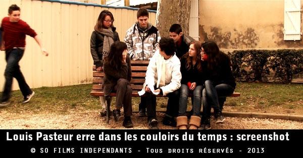 Louis Pasteur est interrogé par des élèves dans la cour pour connaître la raison de sa venue au XXIe siècle...