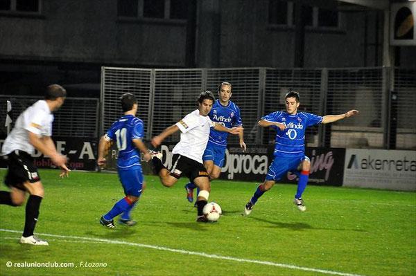 Colinas, en el momento de anotar el primer gol ante el Amorebieta.