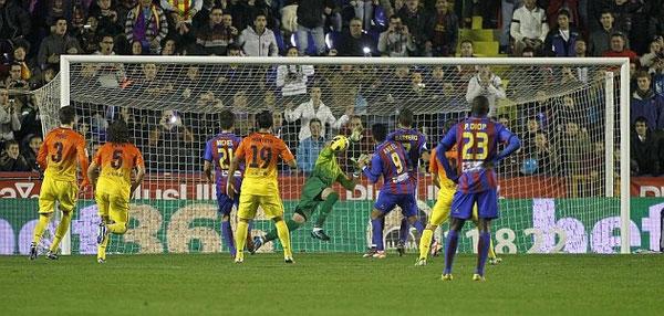 Valdés le detiene el penalty a Barkero. Esta vez el de Aretxabaleta no pudo batir al guardameta del Barça como hizo la pasada temporada. Foto: Marca.