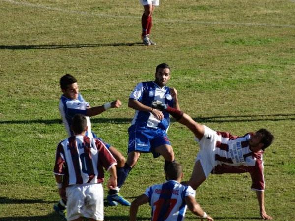 Mathieu Gomes, en el centro de la imagen, ha recalado esta temporada en el Fokikos, tras varios años en Italia.